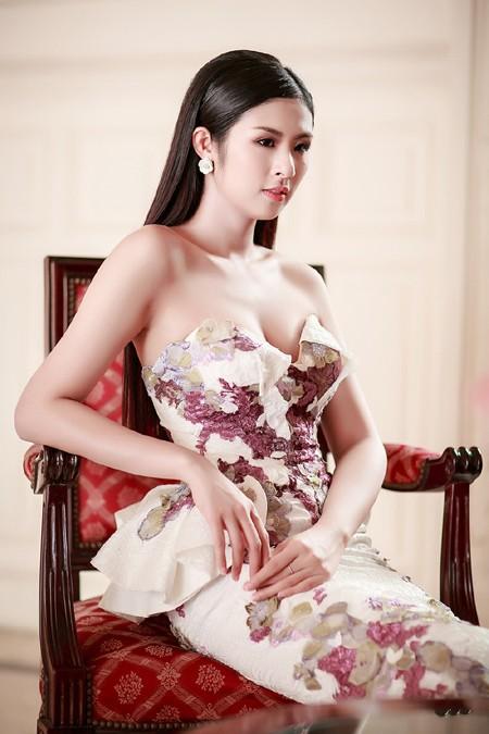 Hoa hậu Ngọc Hân khéo khoe vòng 1 căng tràn trong chiếc... đầm đuôi cá ảnh 7