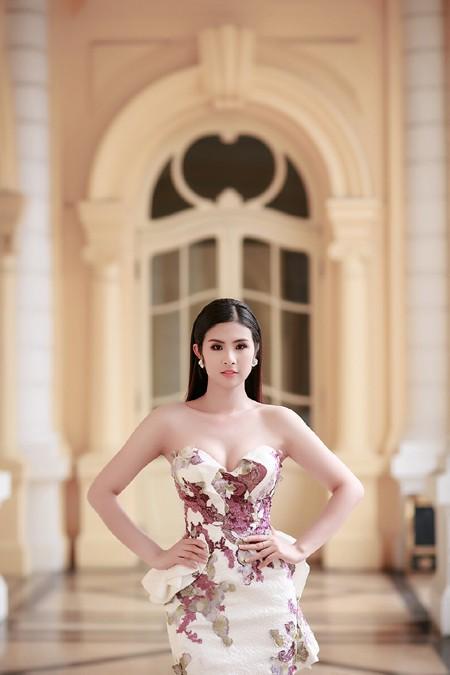 Hoa hậu Ngọc Hân khéo khoe vòng 1 căng tràn trong chiếc... đầm đuôi cá ảnh 3