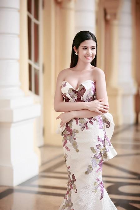 Hoa hậu Ngọc Hân khéo khoe vòng 1 căng tràn trong chiếc... đầm đuôi cá ảnh 2