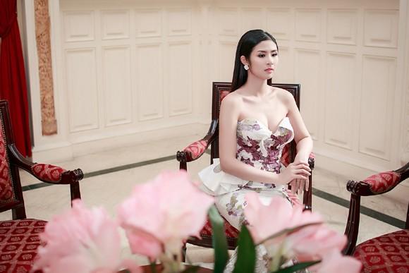 Hoa hậu Ngọc Hân khéo khoe vòng 1 căng tràn trong chiếc... đầm đuôi cá