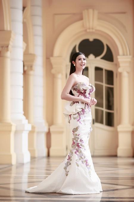 Hoa hậu Ngọc Hân khéo khoe vòng 1 căng tràn trong chiếc... đầm đuôi cá ảnh 1