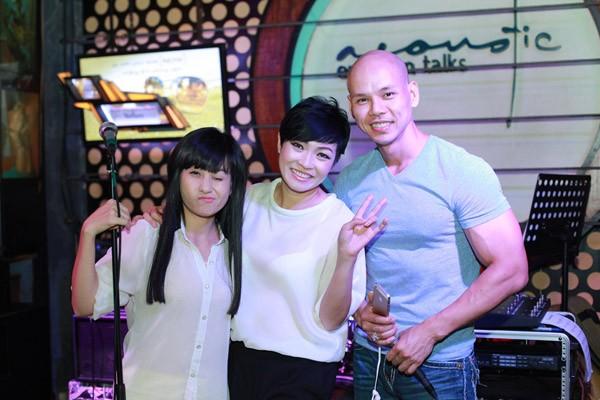 """""""Bỏ mặc"""" nhóm bạn thân, Phan Đình Tùng đến bên vợ tình tứ ảnh 8"""