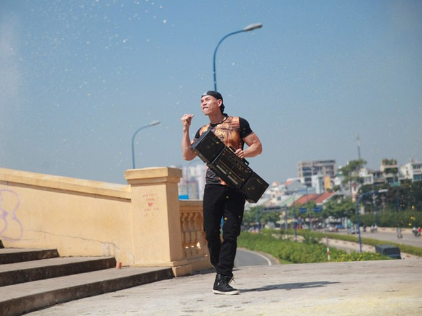 """""""Bỏ mặc"""" nhóm bạn thân, Phan Đình Tùng đến bên vợ tình tứ ảnh 11"""