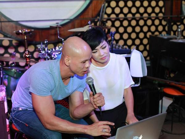 """""""Bỏ mặc"""" nhóm bạn thân, Phan Đình Tùng đến bên vợ tình tứ ảnh 7"""