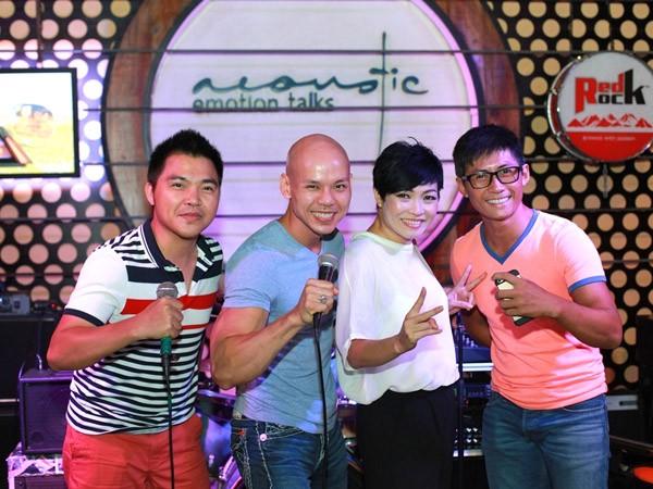 """""""Bỏ mặc"""" nhóm bạn thân, Phan Đình Tùng đến bên vợ tình tứ ảnh 9"""