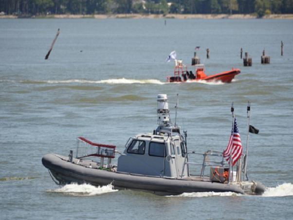 Mỹ phát triển công nghệ điều khiển cụm xuồng không người lái bảo vệ tàu chiến ảnh 1