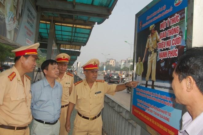 Tuyên truyền về an toàn giao thông bằng hình ảnh tại nhà chờ xe buýt ảnh 1