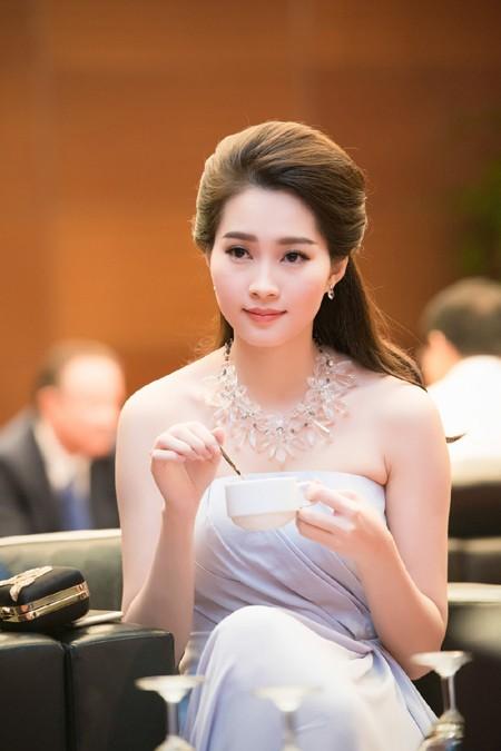 Hoa hậu Đặng Thu Thảo rạng ngời với vai trần gợi cảm ảnh 4