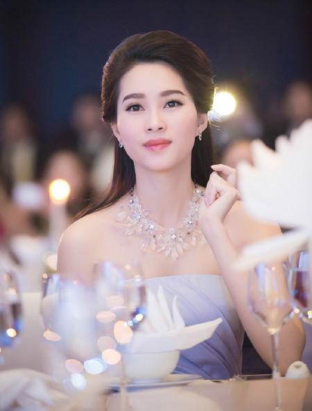 Hoa hậu Đặng Thu Thảo rạng ngời với vai trần gợi cảm ảnh 7