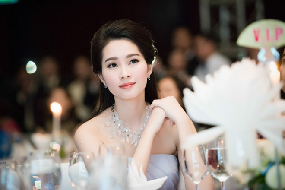 Hoa hậu Đặng Thu Thảo rạng ngời với vai trần gợi cảm ảnh 6