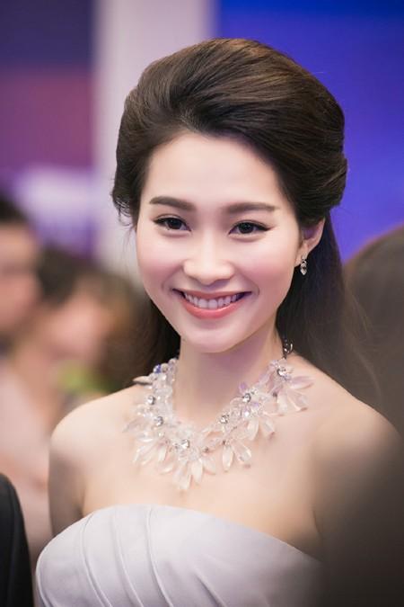 Hoa hậu Đặng Thu Thảo rạng ngời với vai trần gợi cảm ảnh 9