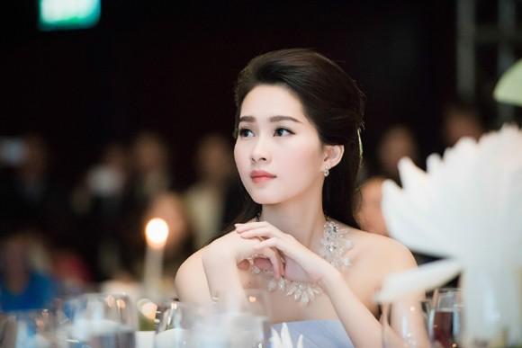 Hoa hậu Đặng Thu Thảo rạng ngời với vai trần gợi cảm ảnh 5