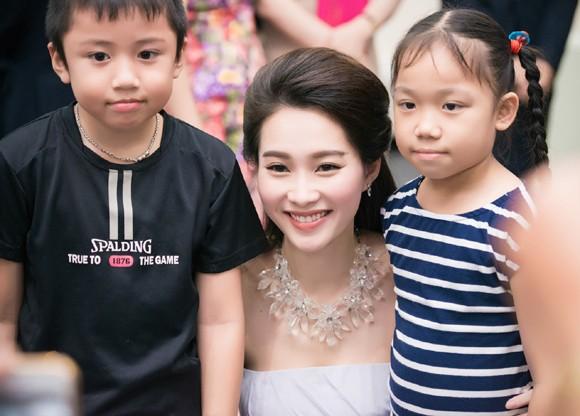 Hoa hậu Đặng Thu Thảo rạng ngời với vai trần gợi cảm ảnh 10