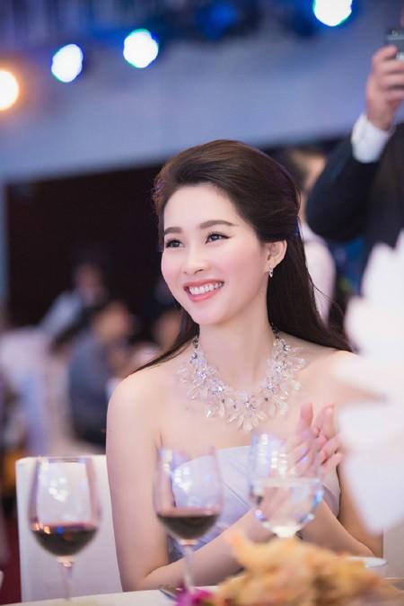 Hoa hậu Đặng Thu Thảo rạng ngời với vai trần gợi cảm ảnh 8