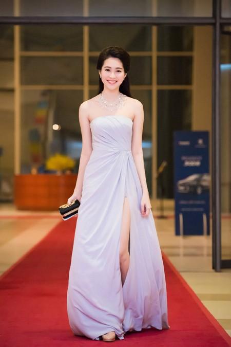Hoa hậu Đặng Thu Thảo rạng ngời với vai trần gợi cảm ảnh 1