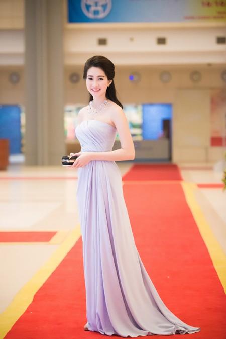Hoa hậu Đặng Thu Thảo rạng ngời với vai trần gợi cảm ảnh 2
