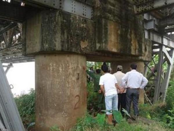Một người đàn ông tự tử ở gầm cầu Long Biên ảnh 1