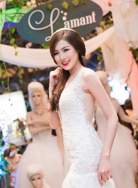 Á hậu Tú Anh khéo khoe vòng 1 căng tròn cùng váy cưới ảnh 8