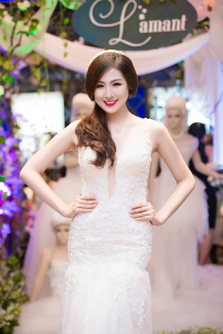 Á hậu Tú Anh khéo khoe vòng 1 căng tròn cùng váy cưới ảnh 5