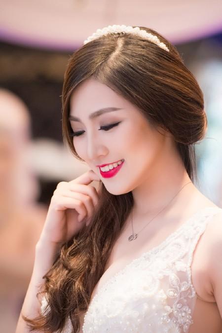 Á hậu Tú Anh khéo khoe vòng 1 căng tròn cùng váy cưới ảnh 9