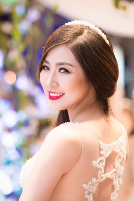 Á hậu Tú Anh khéo khoe vòng 1 căng tròn cùng váy cưới ảnh 4