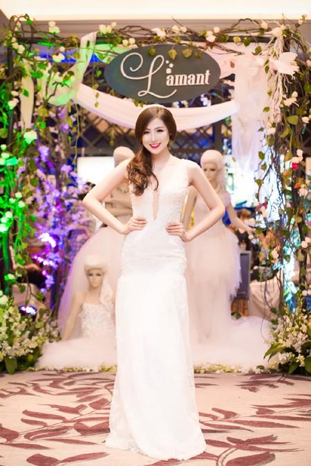 Á hậu Tú Anh khéo khoe vòng 1 căng tròn cùng váy cưới ảnh 3