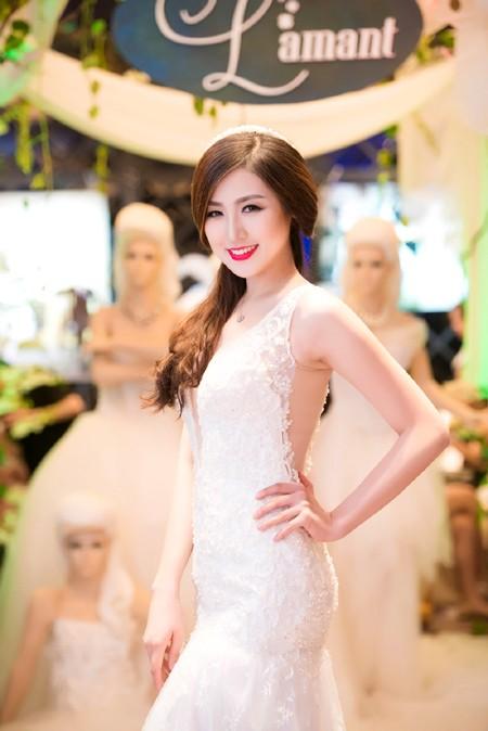 Á hậu Tú Anh khéo khoe vòng 1 căng tròn cùng váy cưới ảnh 7