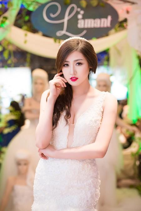 Á hậu Tú Anh khéo khoe vòng 1 căng tròn cùng váy cưới ảnh 6