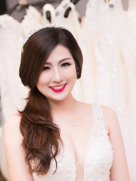 Á hậu Tú Anh khéo khoe vòng 1 căng tròn cùng váy cưới ảnh 1