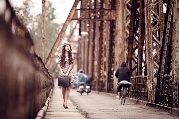 Mẫu ảnh Nga Tây hoài niệm Hà Nội trên cây cầu trăm tuổi ảnh 2