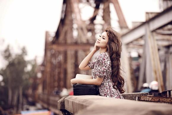Mẫu ảnh Nga Tây hoài niệm Hà Nội trên cây cầu trăm tuổi ảnh 5
