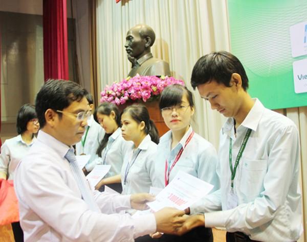 HDBank tặng học bổng cho sinh viên ảnh 1