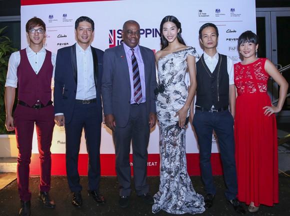 Hoa hậu Mai Phương Thúy hội ngộ siêu mẫu Hoàng Thùy và Minh Tú tại lãnh sự quán Anh ảnh 12