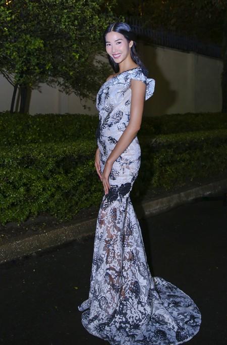 Hoa hậu Mai Phương Thúy hội ngộ siêu mẫu Hoàng Thùy và Minh Tú tại lãnh sự quán Anh ảnh 5