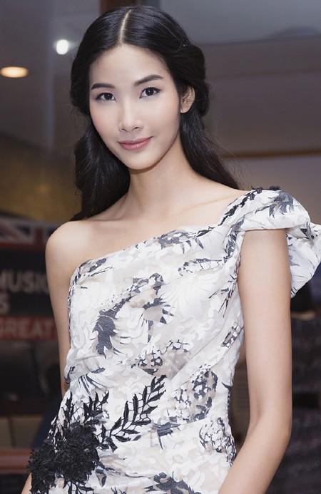Hoa hậu Mai Phương Thúy hội ngộ siêu mẫu Hoàng Thùy và Minh Tú tại lãnh sự quán Anh ảnh 6