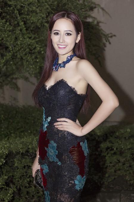 Hoa hậu Mai Phương Thúy hội ngộ siêu mẫu Hoàng Thùy và Minh Tú tại lãnh sự quán Anh ảnh 2