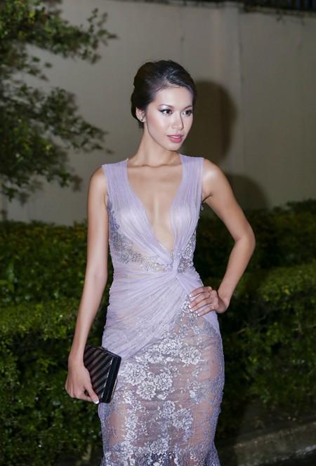 Hoa hậu Mai Phương Thúy hội ngộ siêu mẫu Hoàng Thùy và Minh Tú tại lãnh sự quán Anh ảnh 3