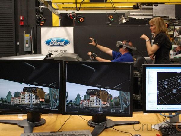 Chuyên gia đang kiểm nghiệm sản phẩm với chương trình nhập vai thực tế ảo