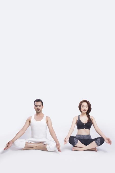 Khánh Thi cực gợi cảm trong bộ hình kỷ niệm cùng thầy luyện Yoga ảnh 1