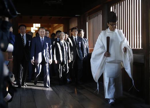 Một nhóm các nhà lập pháp Nhật Bản tới thăm đền thờ Yasukuni vào ngày 17-10