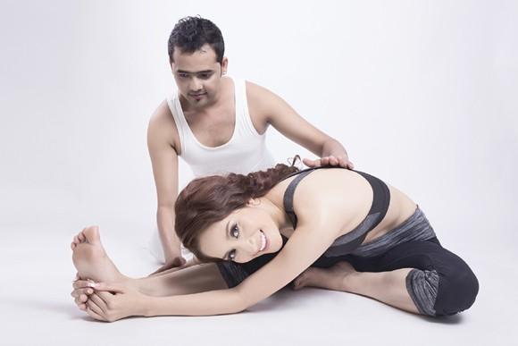 Khánh Thi cực gợi cảm trong bộ hình kỷ niệm cùng thầy luyện Yoga ảnh 6