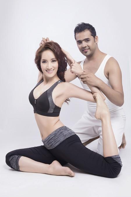 Khánh Thi cực gợi cảm trong bộ hình kỷ niệm cùng thầy luyện Yoga ảnh 4