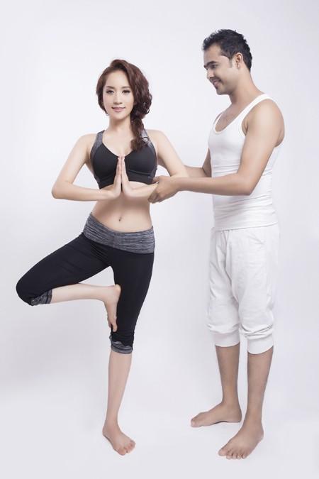 Khánh Thi cực gợi cảm trong bộ hình kỷ niệm cùng thầy luyện Yoga ảnh 2