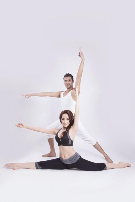 Khánh Thi cực gợi cảm trong bộ hình kỷ niệm cùng thầy luyện Yoga ảnh 8