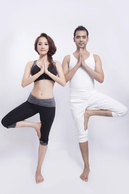Khánh Thi cực gợi cảm trong bộ hình kỷ niệm cùng thầy luyện Yoga ảnh 3