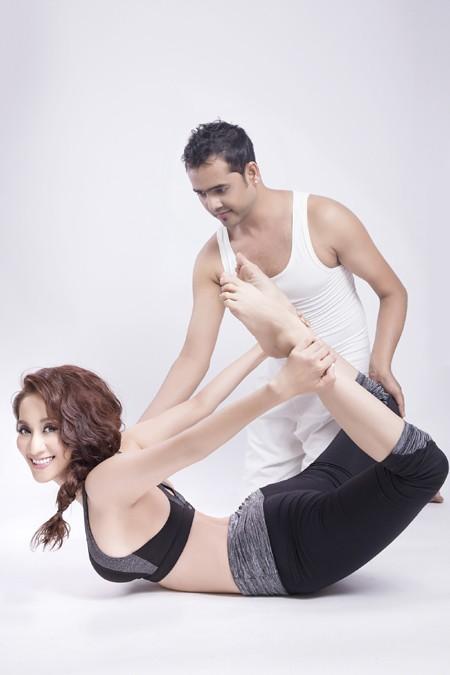 Khánh Thi cực gợi cảm trong bộ hình kỷ niệm cùng thầy luyện Yoga ảnh 5