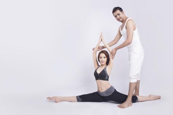 Khánh Thi cực gợi cảm trong bộ hình kỷ niệm cùng thầy luyện Yoga ảnh 7