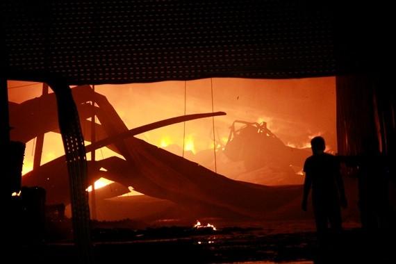 Cùng lúc cháy ngút trời ở KCN Quang Minh và khu Nam Trung Yên, gần Keangnam ảnh 1