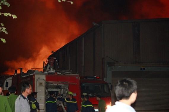 Cùng lúc cháy ngút trời ở KCN Quang Minh và khu Nam Trung Yên, gần Keangnam ảnh 6