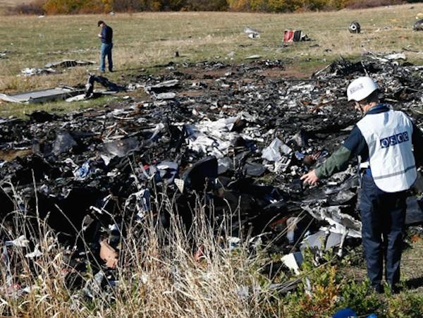 Hiện trường máy bay MH17 bị rơi
